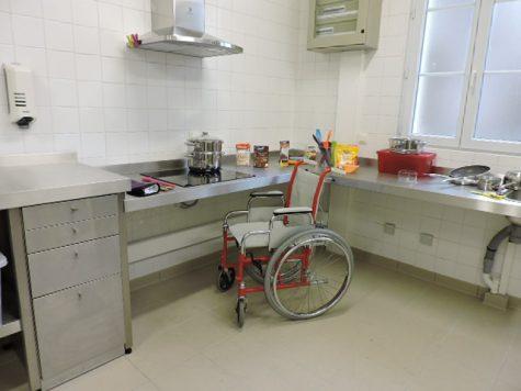cours de cuisine dans une salle adaptée