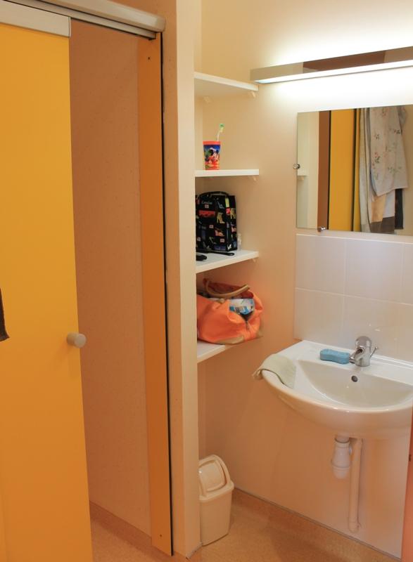 la salle de douche à l'internat fille collège-lycée Sainte-Cécile de Montoire